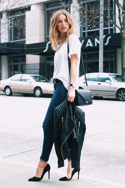 T-shirt loose blanc + jean brut + escarpins cuir velours noirs
