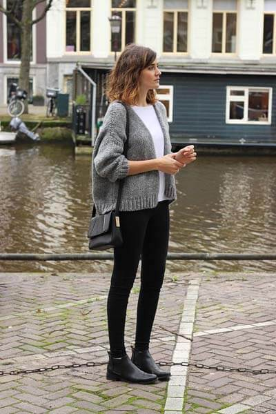 Skinny noir, cardigan maille, Chelsea boots