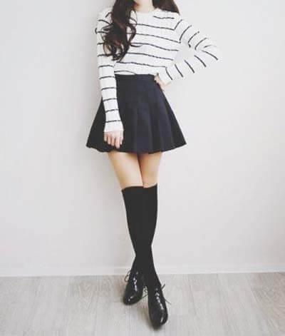 Looks stylés avec des chaussettes montantes et une jupe patineuse