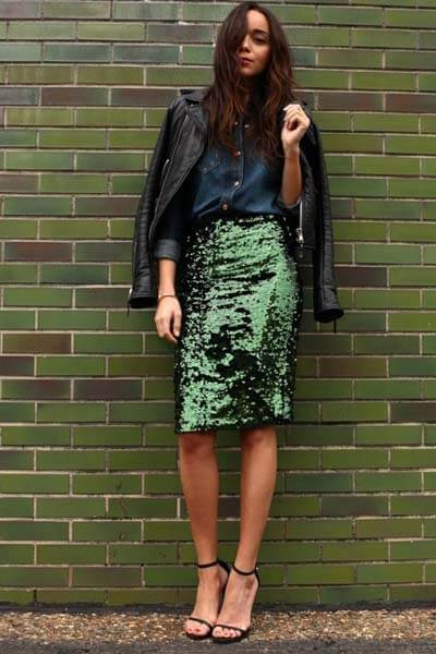 Jupe crayon à sequins verte, chemise en jean, sandales minimalistes, blouson en cuir