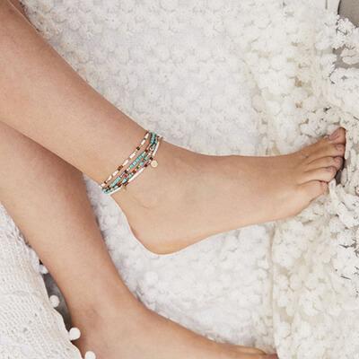 Les bracelets : comment bien les choisir et bien les porter,  ici bracelet de cheville Hipanema