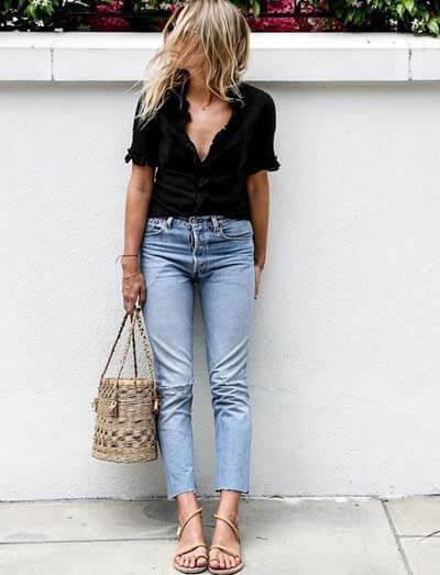 Jean droit, top noir et sandales beiges