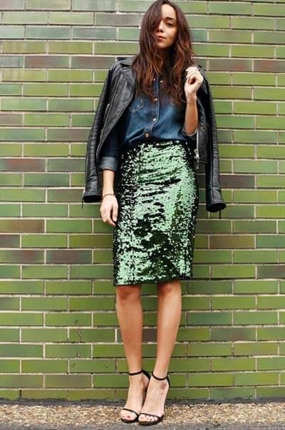 Comment porter une jupe en été, ici jupe crayon verte à sequins, chemise en jean, perfecto en cuir, sandales noires