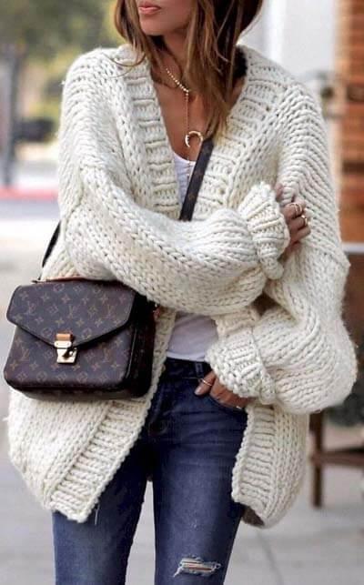 Cardigan grosse maille écru, t-shirt blanc, jean, sac Vuitton