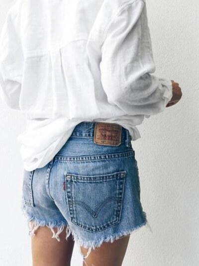 Blouse blanche en lin, short en jean