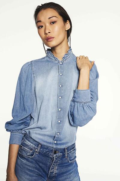 Chemise en jean : comment bien la choisir et comment la porter avec style