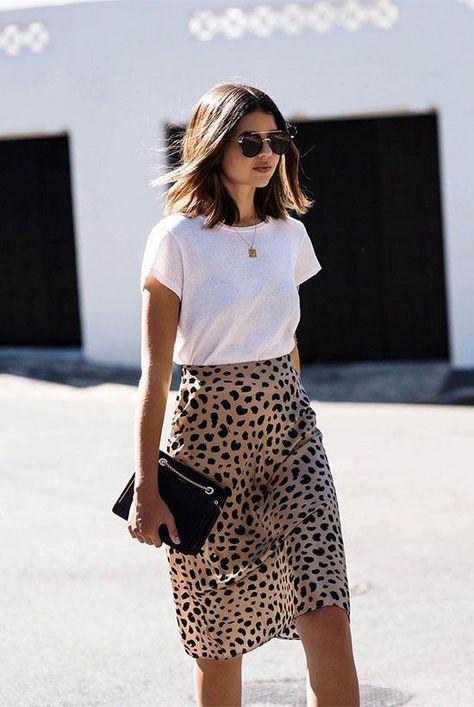 Jupe léopard et t-shirt loose blanc