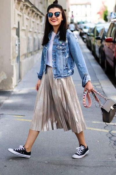 Converse jupe midi plissée or et blouson en jean