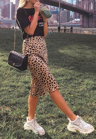 Exemple jupe leopard preès du corps