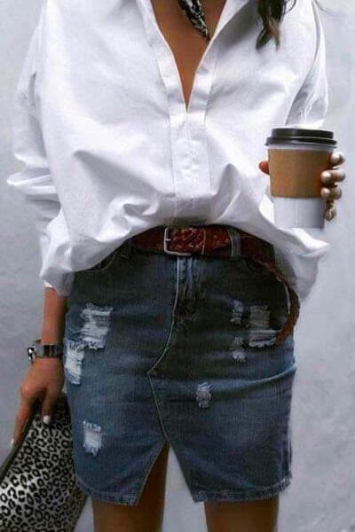 Jupe en jean, chemise blanche, ceinture tressée