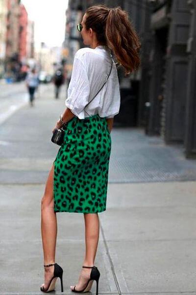 Jupe crayon imprimé léopard et chemise blanche