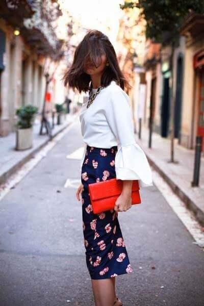 Associer une jupe imrpimée et une chemise blanche