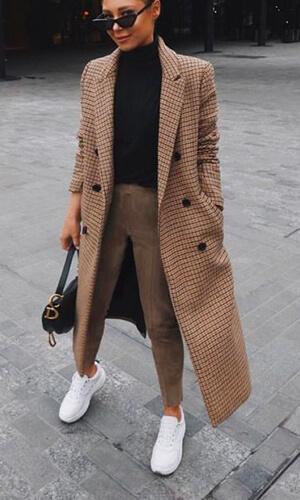Lorna Lux tenue chic et sneakers