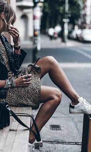 Mikutas robe léopard et sneakers