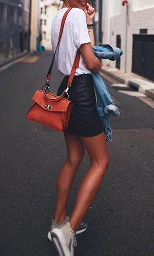 Mini jupe en cuir et baskets