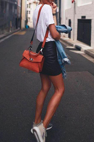 Mini-jupe en cuir, t-shirt, sneakers