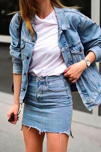 Jupe en jean, t-shirt blanc, blouson en jean