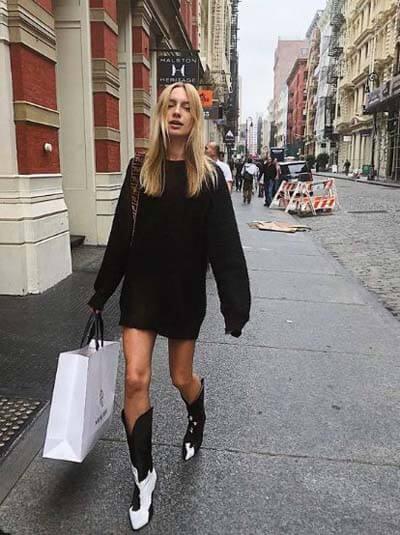 Comment porter des Santiags (femme) :  Santiags noires et blanches et robe pull