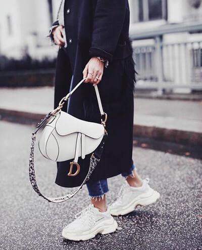 Sneakers running et jean effiloché cropped