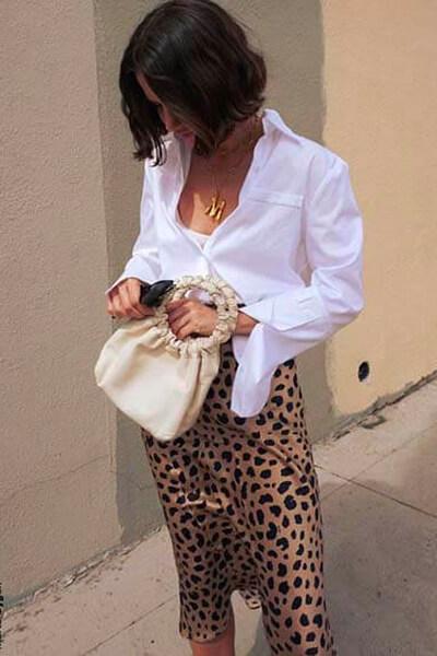 Chemise blanche et jupe midi léopard