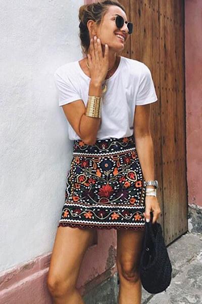 T-shirt blanc et jupe brisée
