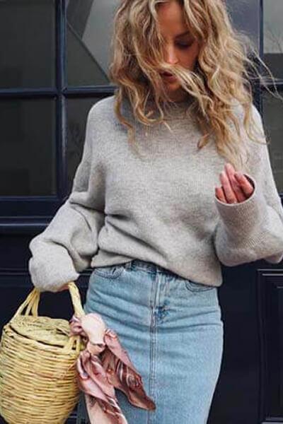 Jupe en jean et pull en grosse maille beige