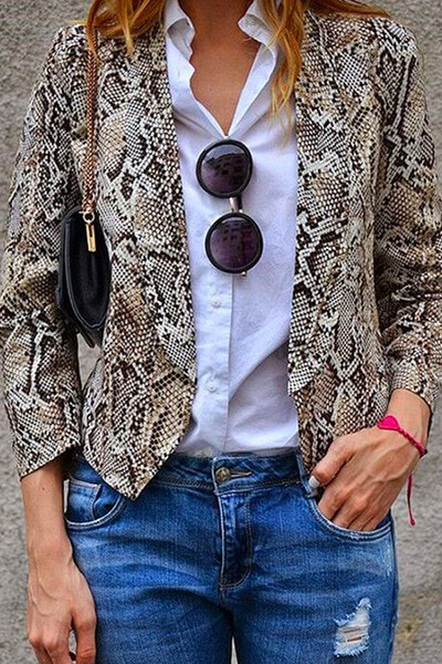 Veste python et chemise blanche