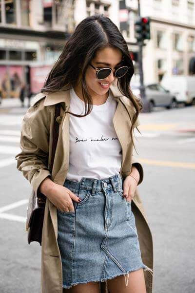 Jupe en jean, t-shirt blanc, trench
