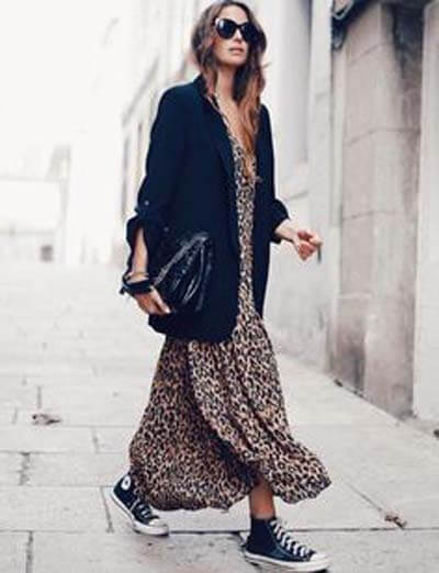 Converse et robe léopard :  avec des chaussures plates