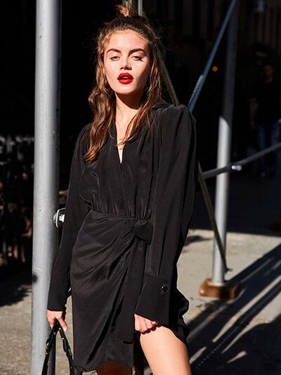 s'habiller pour un restau chic ici robe soie noire the kooples